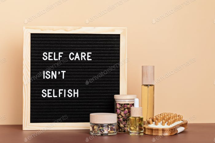 Selbstfürsorge ist nicht selbstsüchtig. Briefbrett aus Filz mit Körper- und Geistespflegeprodukten. Liebe dich selbst