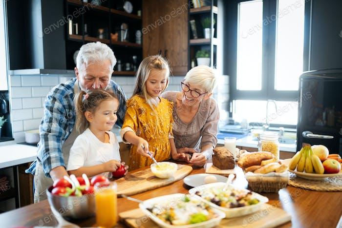Glückliche Großeltern mit Spaß Zeiten mit Kindern zu Hause