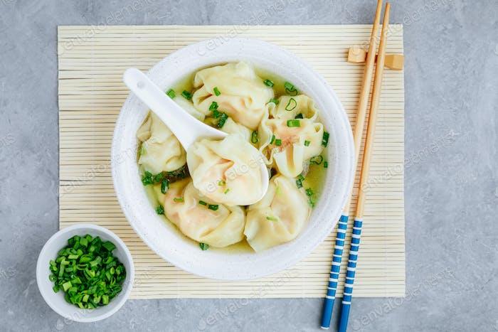 Wonton Suppenteller Garnelen oder Schweinefleisch Wonton Suppe mit grünen Zwiebeln