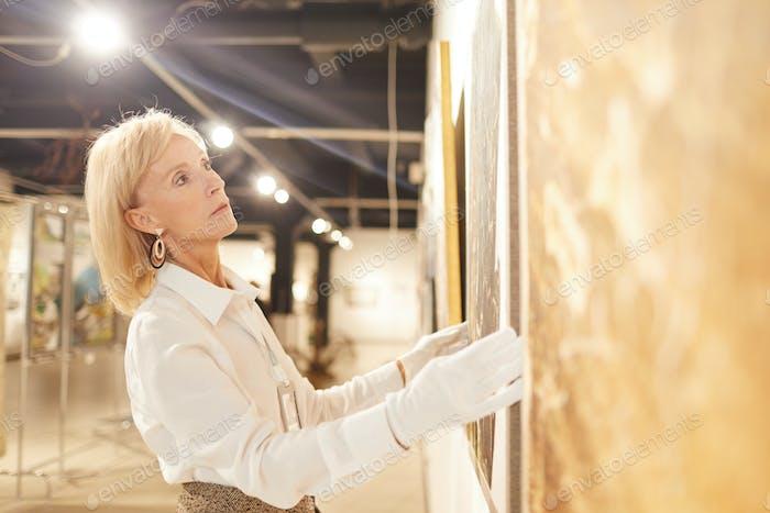 Weibliche Kunstgalerie Arbeiter Hängende Gemälde