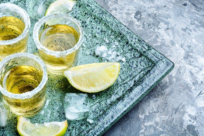 Tequila auf Tisch