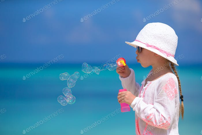 Entzückendes kleines Mädchen macht Seifenblasen während der Sommerferien