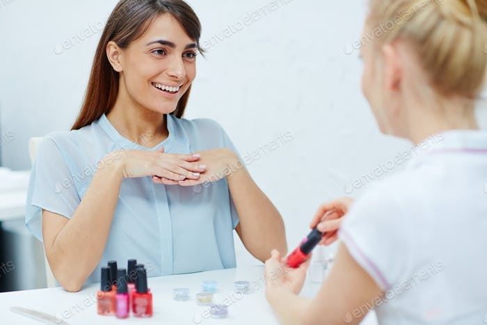 Beratung mit Manicurist