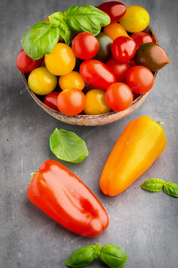 Tomaten auf dem grauen Hintergrund.