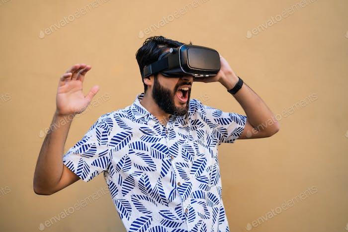 Frau spielt mit VR-Headset-Brille.