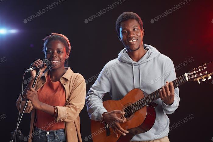 Pareja afroamericana en el escenario