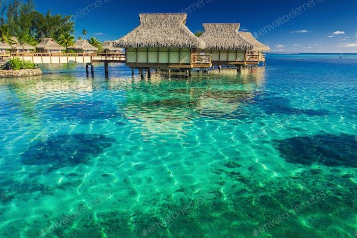 Villen in der Lagune mit Stufen in seichtes Wasser mit Korallen