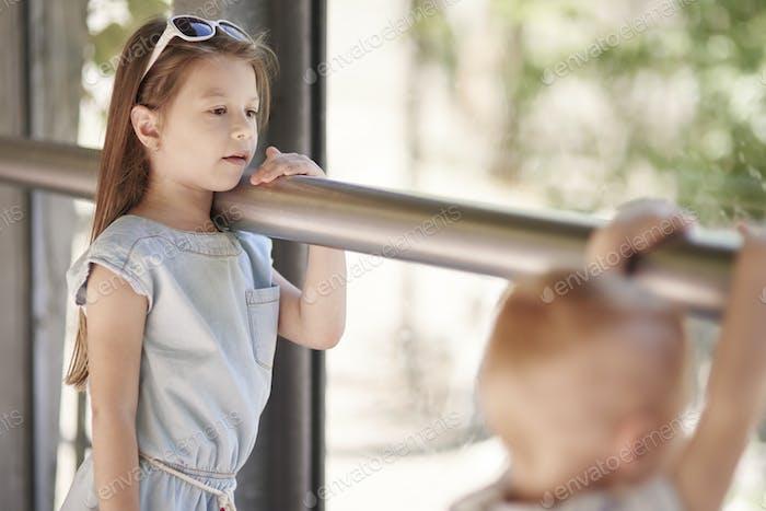 Niños pequeños en el zoológico
