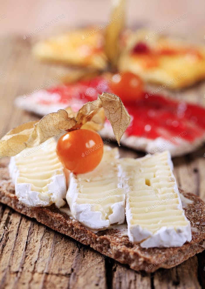Crispbread with cheese and jam