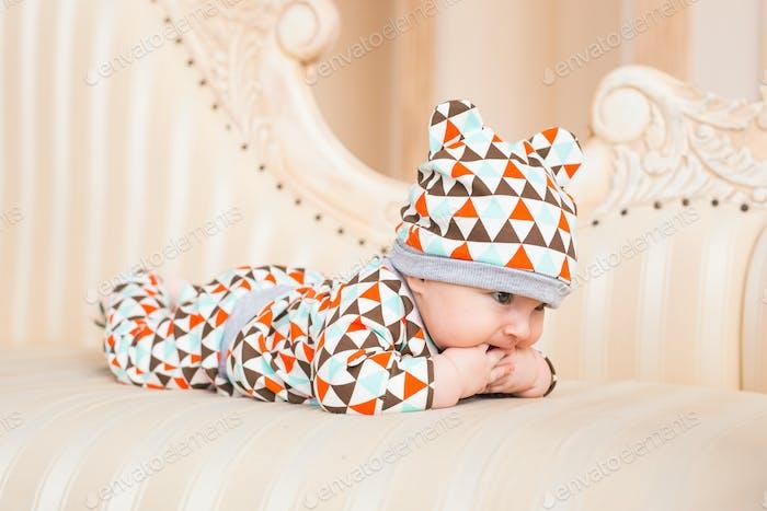 Adorable Bebé caucásico. Vertical de un Bebé de tres meses