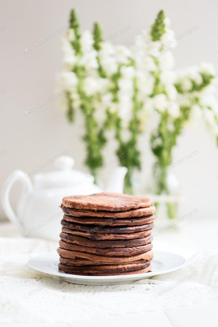 Pila de panqueques de chocolate caseros para el desayuno