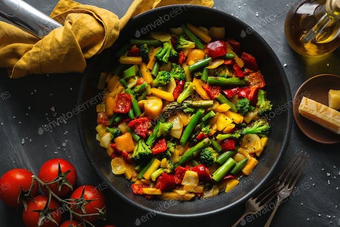Gebratenes Gemüse mit Sauce auf Pfanne