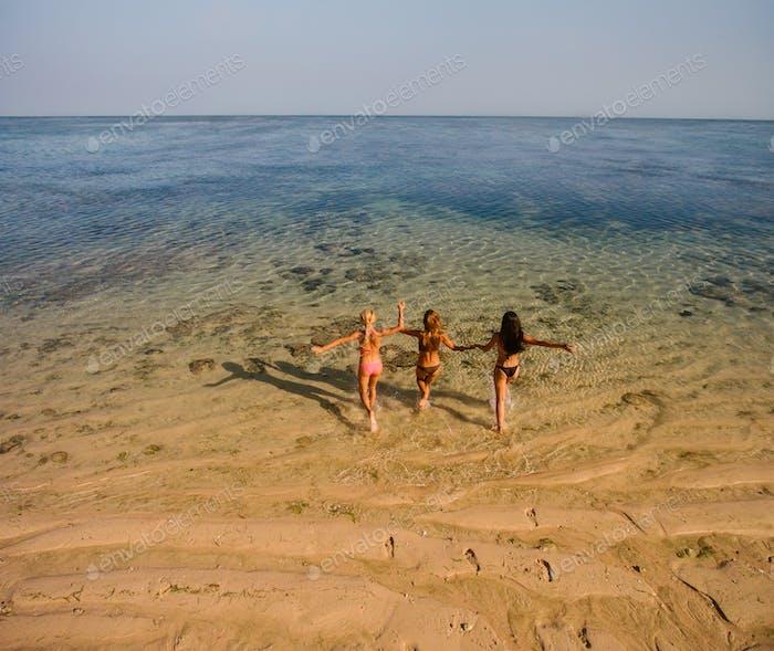 Weibliche Freunde mit Spaß am Strand Urlaub