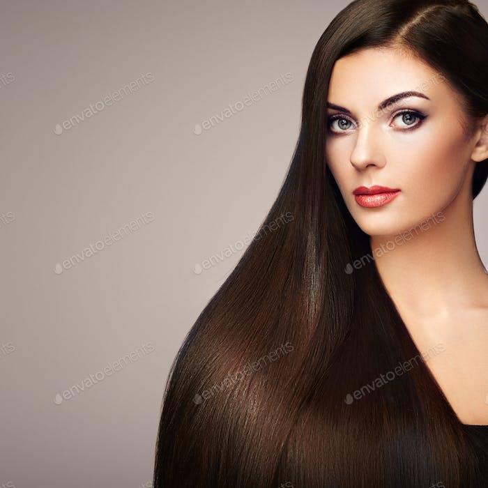 Schöne Frau mit langen glatten Haaren