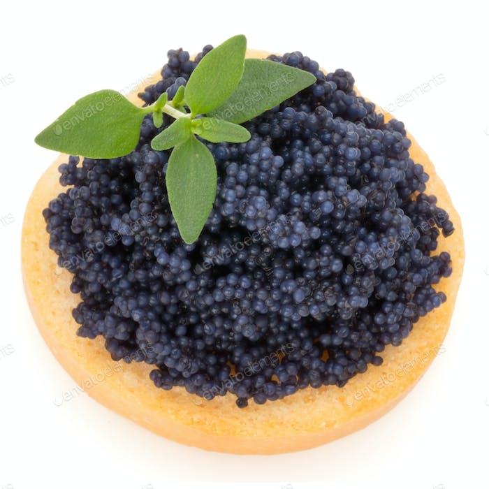 Canapes mit schwarzem Stör Kaviar und Gewürz isoliert auf dem weißen Hintergrund.