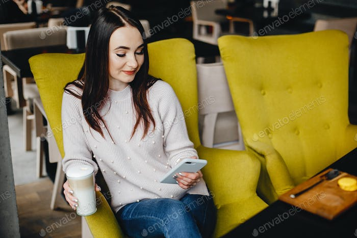 Mädchen im Café