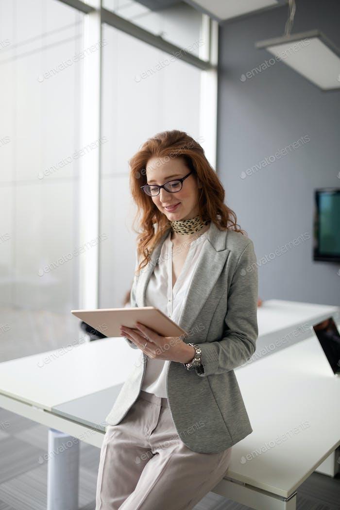 Porträt einer Geschäftsfrau an einem guten Arbeitstag
