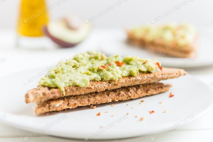 Vollkornbrot Toast mit pürierten Avocado und Chili-Flocken