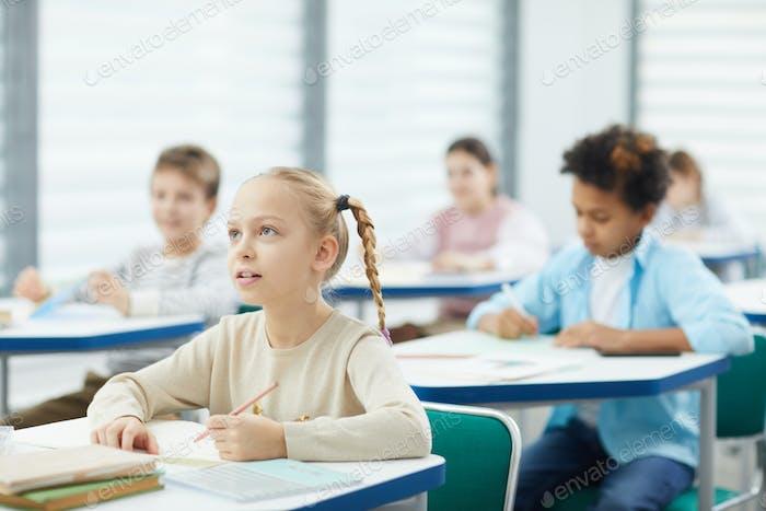 Blond Mädchen bei Schule