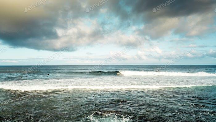 Surfpause Spot am Meer im Strandrand. Urlaub und Sport Surfen