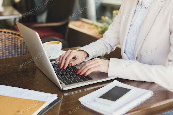 Weibliche Hände mit Laptop Nahaufnahme im Freien