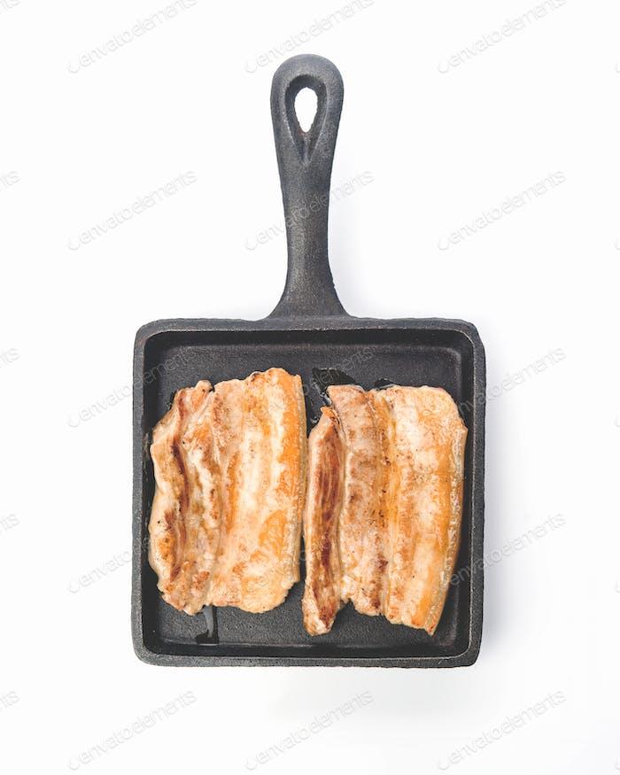 Stücke von gerösteten Schweinebauch auf Steingut-Tablett