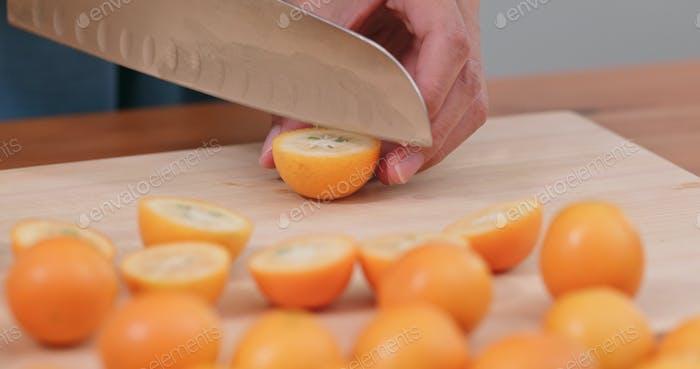 Corte de kumquat