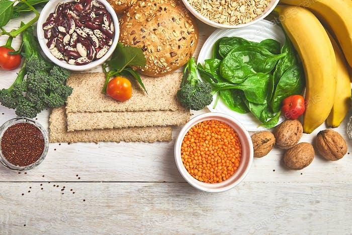 High Fiber Foods auf weißem Holzhintergrund