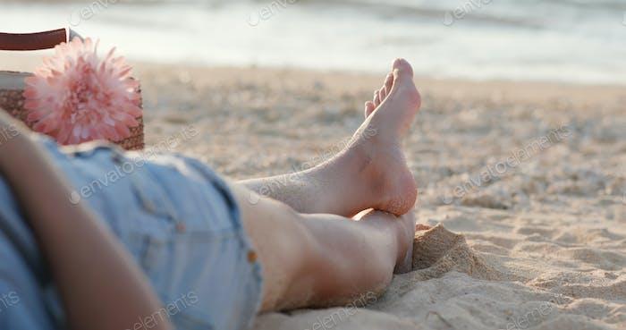 Mujer acostada en la playa
