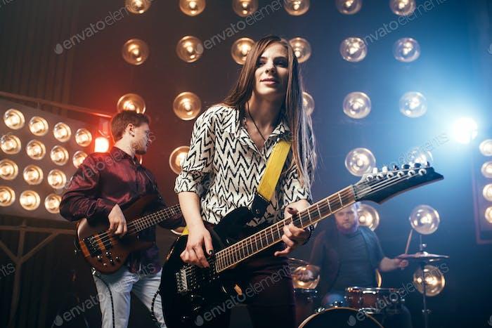 Musikalische Darsteller auf der Bühne im Nachtclub