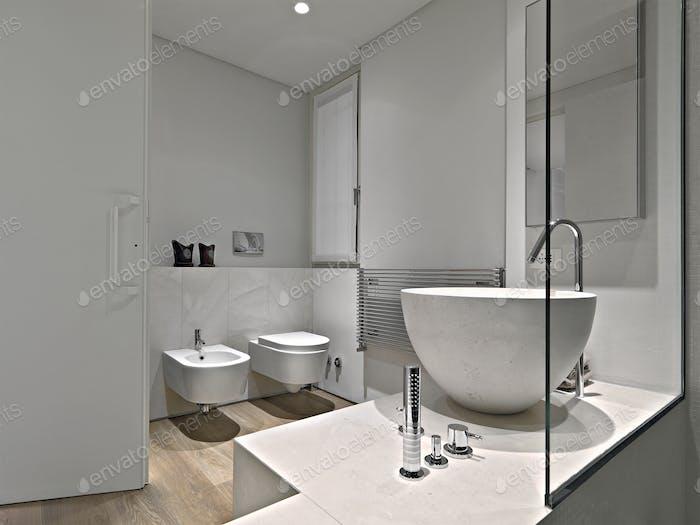 Modernes Badezimmer Interieur im Vordergrund befindet sich ein Marmor-Arbeitsplatte Waschbecken