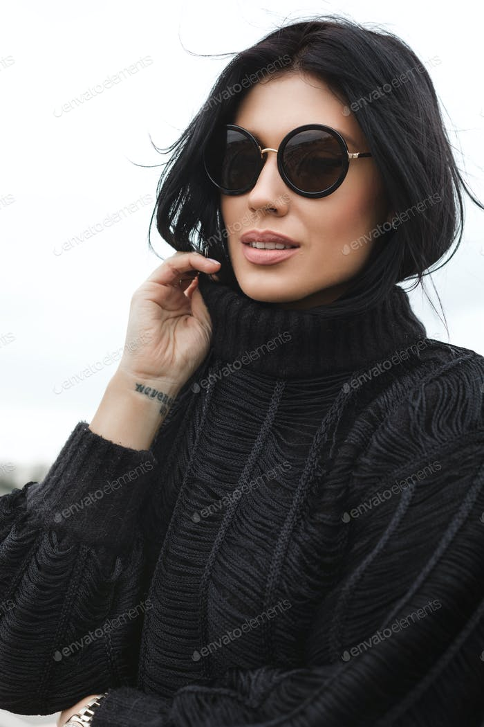 Junge Frau trägt Wollpullover