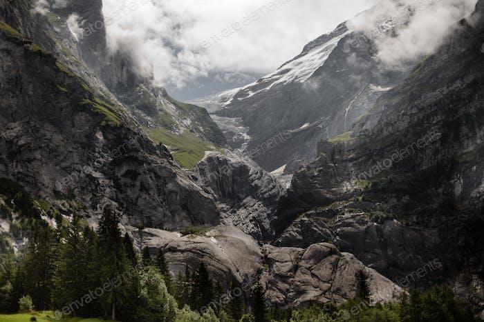 erstaunliche Landschaft mit majestätischen Felsbergen in den Alpen