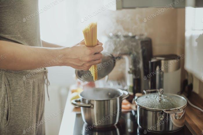 Mann Kochen Pasta in der Küche