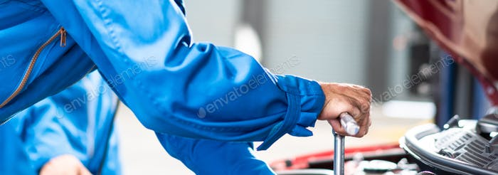 Mechaniker Hand repariert Autoschäden