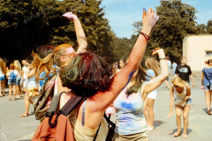 fröhliche Hipster Mädchen haben Spaß mit buntem Pulver auf holi fest, Festival der Farben im Sommer
