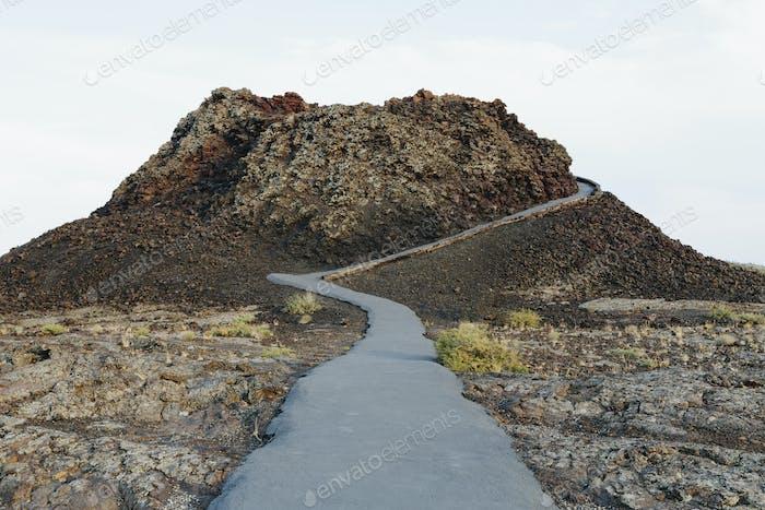 Ein asphaltierter Weg in Lavafeldern