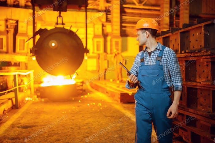 Stahlmacher, Ofen und Flüssigmetall im Korb