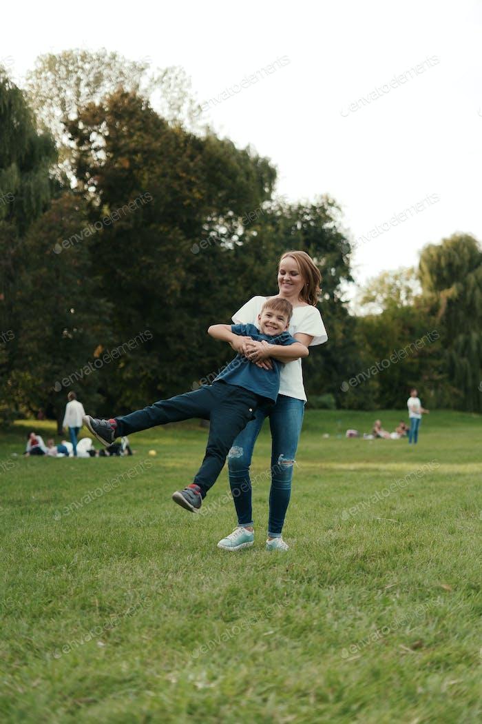 Madre e hijo jugando en el parque