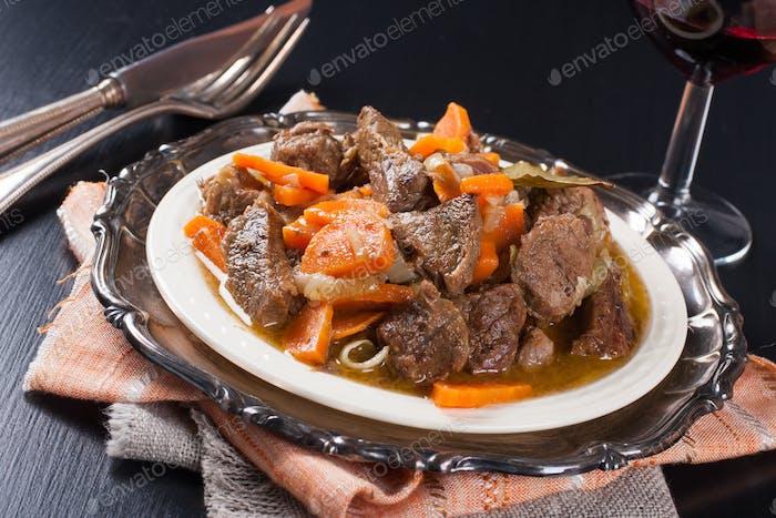 Teller Rindfleischeintopf mit einem grünen Salat