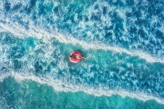 Luftbild der Frau im Meer mit Wellen