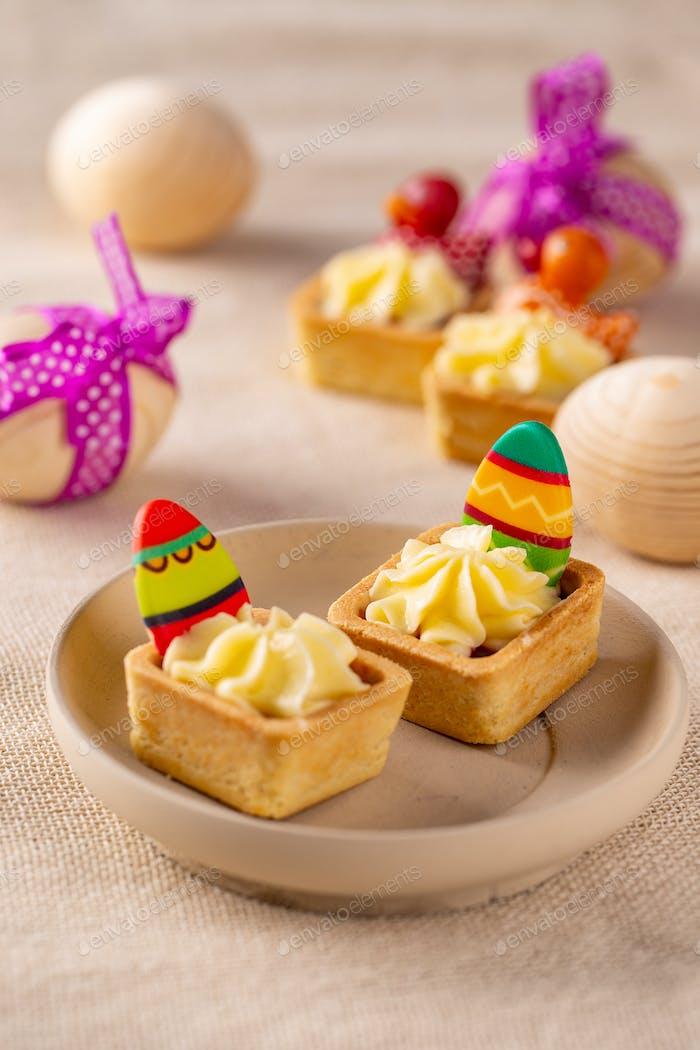 Mini cakes with fresh vanilla cream