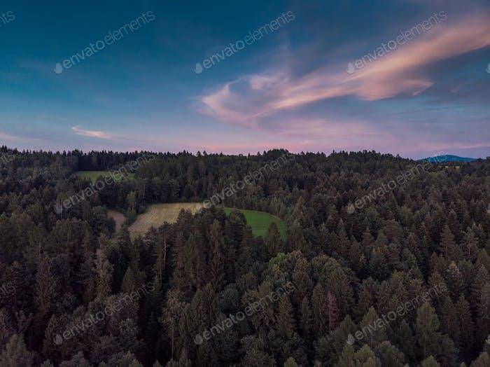 Sonnenuntergang über Woodlan, LuftDrohne Ansicht