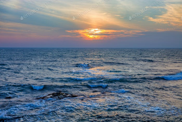 Sonnenuntergang an tropischer Küste