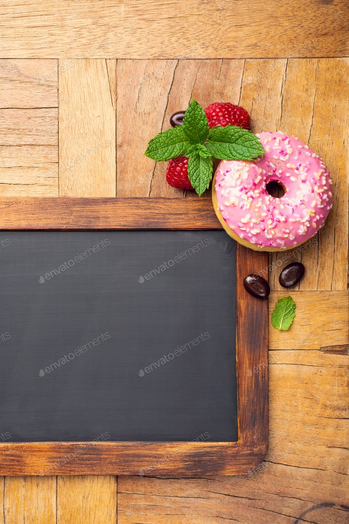 Pizarra negra con rosquilla esmaltada rosa