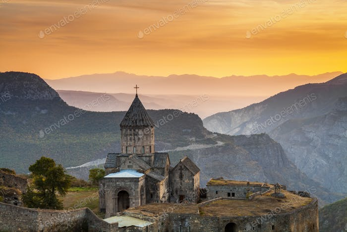 Tatev Kloster bei Sonnenaufgang in den Bergen. Tatev, Armenien