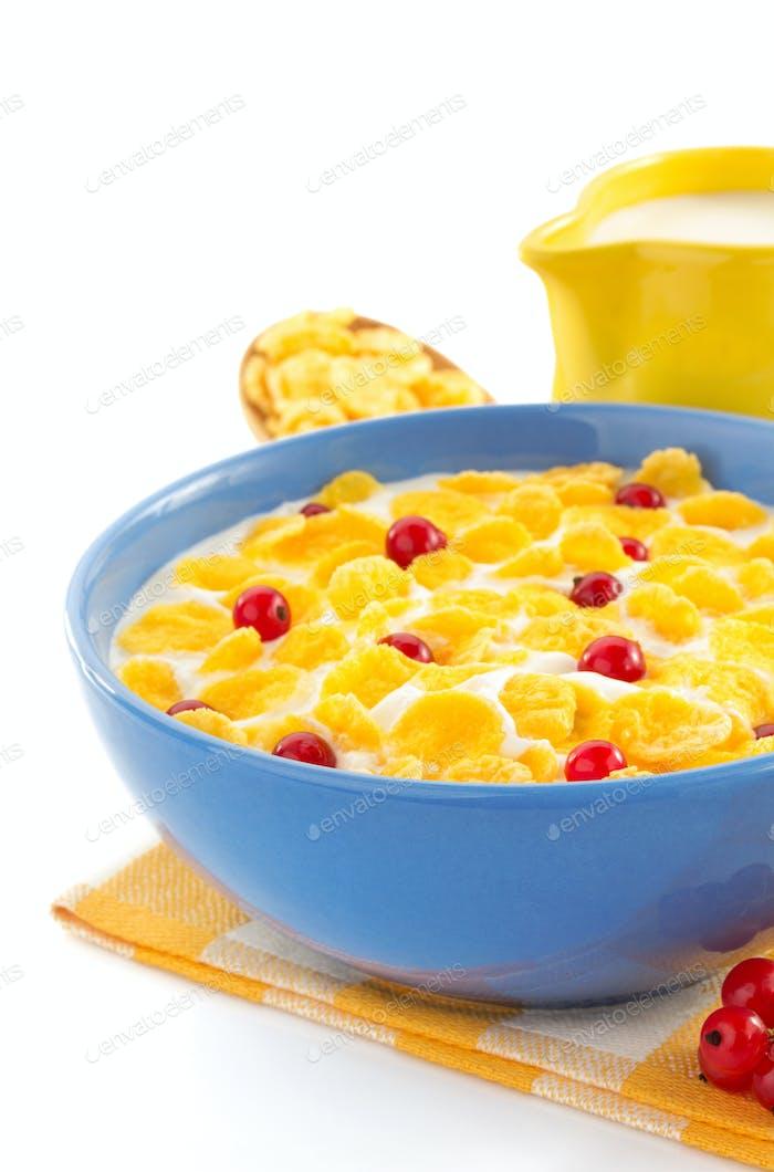 Cornflakes und Milch in Schüssel auf weiß