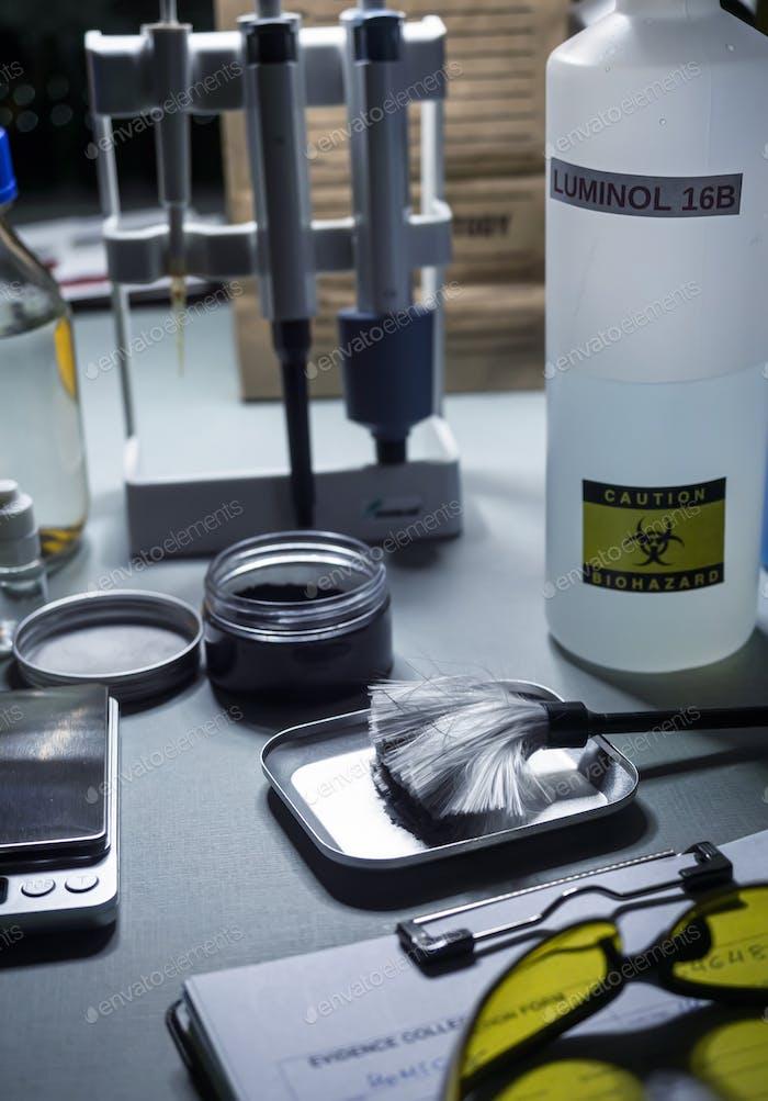 Archivo y bolsa de pruebas en un laboratorio criminalístico, imagen conceptual