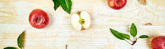Banner mit frischen roten reifen Äpfeln Früchte ganz und in Scheiben geschnitten