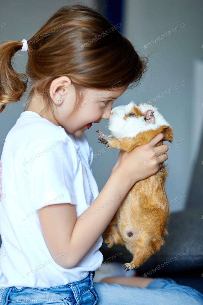 Kind spielt mit Meerschweinchen, bleiben Quarantäne Zeit Kind zu Hause.